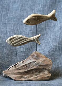 Très décoratif duo de poissons en bois flotté semblant nager au dessus d'un récif. les poissons sont découpés et le socle est un bloc brut de bois flotté. Un petit air du  - 15366081