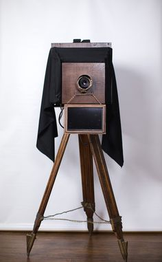 I would really like to get a prop like this for the photobooth like this Photos Booth, Diy Photo Booth, Wedding Photo Booth, Antique Cameras, Old Cameras, Vintage Cameras, Vintage Photo Booths, Vintage Photos, Diy Fotokabine
