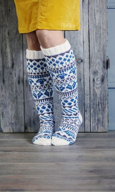Kirjoneulesukat ihastuttavat! Sukkaguru Niina Laitinen ripotteli malliin sadepisaroita ja luonnon taikaa | Meillä kotona Fair Isle Knitting, Knitting Socks, Animal Knitting Patterns, Knitting Ideas, Knit Crochet, Crochet Hats, Wool Socks, Designer Socks, Boot Cuffs