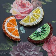 Брошь из бисера лимон, брошь апельсин, брошь киви. Не знаете, как разбавить и скрасить серость за окном?Конечно же, с помощью ярких брошек! Все в наличии ✔️ 5 х 2,5 см 🍊Апельсин 800₽ 🍋Лимон 800₽ 🥝 Киви 800₽ Bead Embroidery Jewelry, Beaded Jewelry Patterns, Beaded Embroidery, Beading Patterns, Hand Embroidery, Beaded Brooch, Crochet Earrings, Sequin Crafts, Quilling Designs