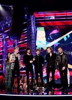 1D on stage for one of their 2 awards that night