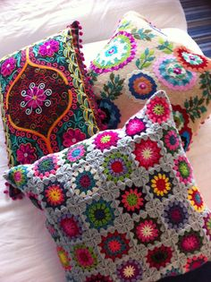 I need pillows.Stitched and knitted decorative pillows Crochet Cushions, Crochet Pillow, Knitted Pillows, Crochet Projects, Sewing Projects, Deco Boheme, Pillow Fight, The Design Files, Crochet Home