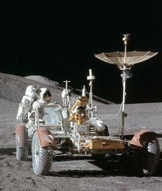Nasa July 1971 – Apollo 15 astronaut Jim Irwin works at the lunar rover at the end of the first moonwalk of the mission. Apollo Space Program, Nasa Space Program, Programa Apollo, Apollo Moon Missions, All About Space, Today In History, Nasa Astronauts, Space Race, Space And Astronomy