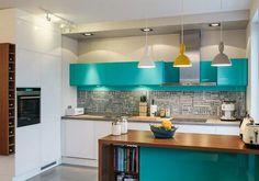 des armoires de cuisine en turquoise et en blanc, crédence mosaïque en blanc et gris et suspensions en blanc, jaune et gris
