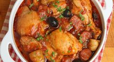A chicken with Spanish accents, tender legs served with a tomato sauce raised with chorizo. Chicken Cacciatore, Beef And Potato Stew, Beef And Potatoes, Stewed Potatoes, Pineapple Casserole, Pollo Guisado, Spanish Chicken, Gastronomia, Recipes