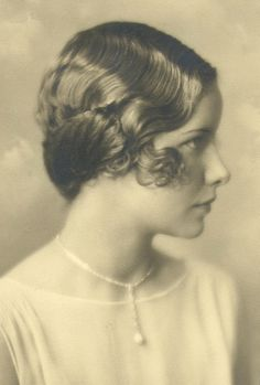 Images of Marcel Waves and Finger Waves, from the period that made it famous and of todays most glamorous hollywood stars. Finger Wave Hair, Finger Waves, Old Hairstyles, Vintage Hairstyles, Hairdos, Wedding Hairstyles, 1920s Photos, Vintage Photographs, Short Curly Hair