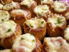 La meilleure recette de Minis bouchées chaudes au jambon (apéro en famille)! L'essayer, c'est l'adopter! 5.0/5 (9 votes), 22 Commentaires. Ingrédients: 24 minis vol au vent, béchamel, 2 tranches de jambon blanc, rapé, persil ciselé, sel et mélange de 5 baies Mini Vol Au Vent, Baked Potato, Potato Salad, Tapas, Mashed Potatoes, Buffet, Food And Drink, Appetizers, Baking