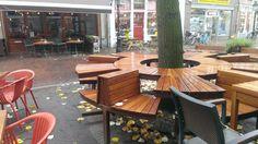 Locatie: 's-hertogenbosch Datum: november 2014 Fotograaf en bron: Hanneke Beijleveld  #boomtafel #tafel #bankje #hout #terras