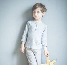 Robin porte le pyjama JOSEPH, avec son pantalon en voile de coton et le tshirt tunnisien en jersey flammé, idéal pour cet été !