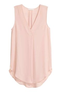 Gently flared, sleeveless blouse in airy crêpe with a V-neck with a pleat centre front and a rounded hem. Slightly longer at the back. The blouse is made partly from recycled polyester. Blouse Styles, Blouse Designs, Pink Lady, Pink Tops, Sleeveless Blouse, Fashion Outfits, Fashion Tips, Shirt Blouses, Spring Outfits