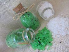 Sais de ervas: - Receita para 100g Ingredientes: 80g de sal grosso para cosmético 20g de sulfato de magnésio 3ml de essência de ervas 1 colher de sopa de ervas desidratadas (alecrim, erva-doce e arruda) 3 gotas de corante alimentar verde