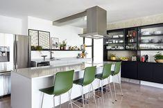 Cozinha integrada a sala de jantar. Ilha com cadeiras e coifa. Table, Furniture, Home Decor, Block Island, Chairs, Homemade Home Decor, Mesas, Home Furnishings, Desk