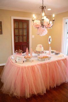 mesa de dulces con este toque de tul, para una pequeña ballerina, todo en rosa