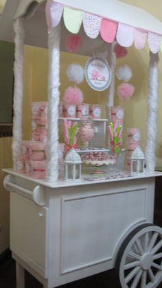 Carrito de dulces de The Candy Shop.   Con dulces personalizados para un Baby Shower