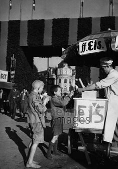 Eisverkäufer in München, um 1935 Timeline Classics/Timeline Images