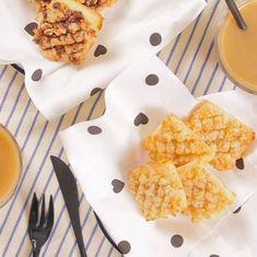 材料は4つで焼き時間は5分! とっても簡単なサクサク食感食パンメロンパンの作り方をご紹介します♪ ひとくちサイズで食べやすいので、お子さまのおやつにもおもてなしスイーツにもぴったりですよ♡ Tasty Videos, Food Videos, Easy Cooking, Cooking Eggs, Cooking Fish, Cooking Utensils, Healthy Cooking, French Dessert Recipes, Asian Desserts