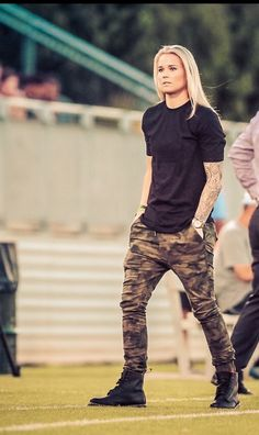 Tomboy spring or summer outfit: camo pants, black tee *__* I love it!