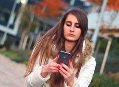 Now iPhone users can schedule text messages and send them in the specified time. Tips to schedule text messages on iPhone without any jailbreak. Photoshop, Friends Mom, Your Crush, Fair Skin, Text Messages, Online Dating, Decir No, Texts, Women Health