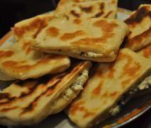 Peynirli Katmer (türkischer Fladen mit Fetakäse gefüllt)