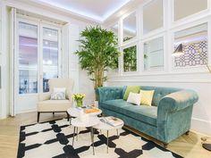 En este espacio todo va con todo. ¿Lo mejor? El sillón tapizado de color petróleo y la alfombra en blanco y negro..
