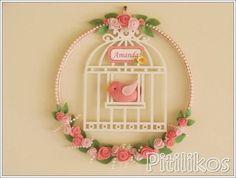 Enfeite de Maternidade charmoso e delicado!    Gaiola de Passarinho em uma linda guirlanda decorada com flores e pérolas.    Dimensões aproximadas: 26 cm de diâmetro
