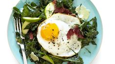 You may be skeptical about the idea, but trust us, this is a meal worth waking up for. Melissa D'Arabian gives the classic bacon, egg, and cheese combo a nutritious upgrade with a bed of shredded kale and sweet-tart slices of green apple. Food Network Recipes, Cooking Recipes, Healthy Recipes, Lunch Recipes, Green Salad Recipes, Best Breakfast Recipes, Breakfast Options, Breakfast Salad, Brunch