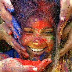 http://domandoallobo.blogspot.com.es/2016/08/201-un-hueco-la-alegria.html #emociones La vida está llena de colores. A veces masticas el polvo y otras acaba cubriendo tu cuerpo