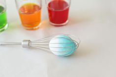 Use a whisk to make decorating eggs less messy!! Great #easteregg tip
