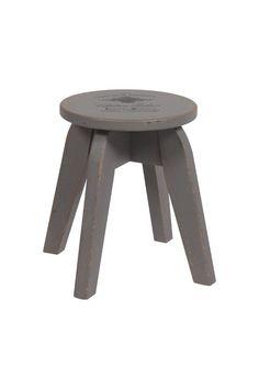 Невероятно популярны в настоящее время табуреты из дерева.  Деревянный (ель) табурет изготовлен в стиле модерн, серого цвета, круглое   сиденье  удачно сочетается с формой ножек, подойдет для многих стилей интерьера.             Метки: Табуреты для кухни.              Материал: Дерево.              Бренд: DG Home.              Стили: Лофт, Прованс и кантри, Скандинавский и минимализм.              Цвета: Серый.