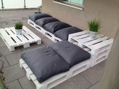Outdoor Furniture Pallet Outdoor Pallet Seating Ideas - 13 ideas to inspire you to create amazing outdoor seating from old pallets. From the bright and colourful to the simple and rustic, it's all here. Outdoor Pallet Seating, Pallet Lounge, Outdoor Lounge, Backyard Seating, Outdoor Couch, Pallet Sectional, Pallet Benches, Outdoor Spaces, Lounge Seating