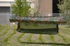 Comfortabel slapen onder de sterren. Een hangmat met gaas/klamboe verbinding naar tarp. De hangmat is voorzien van lijnen die samen komen tot één bevestigingspunt. Aan de hangmat is een opbergzak bevestigd waar het geheel in kan worden opgeborgen. http://urbansurvival.nl//index.php?action=article&aid=33687&group_id=10000239&lang=nl&srchval=Jungle hangmat + Tarp - Woodland#