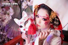 Yokozumi and fox side Mask Japanese, Japanese Kimono, Japanese Style, Traditional Fashion, Traditional Dresses, Geisha, Happy Halloween, Kitsune Mask, High Fashion Makeup