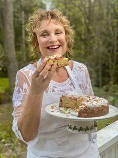Kesän valloittavin raparperikakku - mehevä ja helppo tehdä Sweet Bakery, Sweet Pastries, Something Sweet, Cake Recipes, Good Food, Flower Girl Dresses, Favorite Recipes, Baking, Cakes