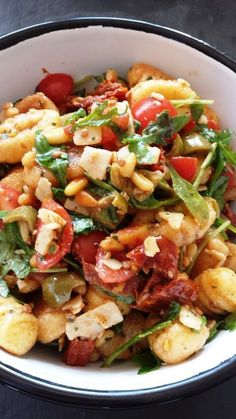 Italienischer Nudelsalat mit Rucola und getrockneten Tomaten [I used Gnocchi instead of noodles] Gnocci Salat, Pasta Salat, Salmon Recipes, Potato Recipes, Pasta Salad Italian, Italian Gnocchi, Chipotle Sauce, Pasta Salad Recipes, Dried Tomatoes