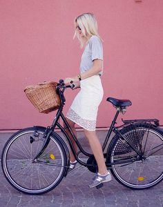 nice Look d'été : Jupe + New Balance + vélo = Grand chic...
