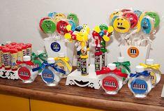 Brindes personalizados para festa infantil de irmãos com tema m&m, doces e balas - Murilo e Matheus