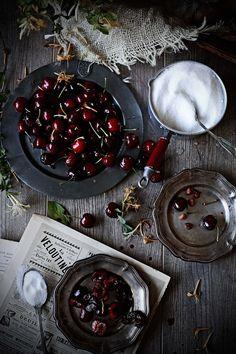 Pratos e Travessas: Parfait the cerejas e madressilva com creme de ricotta e baunilha # Cherries and honeysuckle parfait with ricotta and vanilla cream | Food, photography and stories