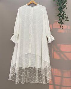 Stylish Dresses For Girls, Simple Dresses, Casual Dresses, Fashion Dresses, Pakistani Fashion Party Wear, Pakistani Dress Design, Iranian Women Fashion, Muslim Fashion, Fancy Dress Design