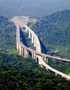The Rodovia dos Imigrantes (SP-160) crossing the Serra do Mar in São Paulo State, Brazil. - Credit: OS2Warp/wikipedia
