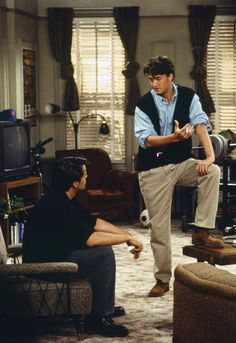 This is also the first time we see the interior of Joey (Matt LeBlanc) and Chandler& apartment. Friends Tv Show, Tv: Friends, Serie Friends, Friends Scenes, Friends Cast, Friends Episodes, Friends Moments, Friends Forever, Matt Leblanc