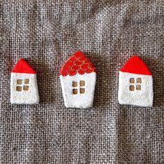 赤い屋根の小さなおうちシリーズ☆あえて真っ直ぐなラインに仕上げないところに、温かみや素朴さが生まれるようです。