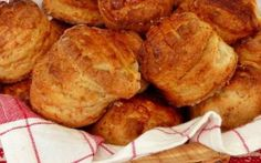 Réteges töpörtyűs pogácsa Wish someone would make these for me.craving them! Hungarian Cuisine, Hungarian Recipes, Hungarian Food, Snack Recipes, Cooking Recipes, Snacks, Vegan Bean Burger, European Dishes, Savory Pastry