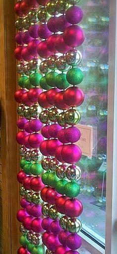 Uma tradicional guirlanda natalina, só que feita de luzinhas coloridas. Bacana, né? Deve ficar mais bonita iluminada. Há ainda uma o...