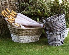 Detalle para el calor de las invitadas, sombrillas en cestos