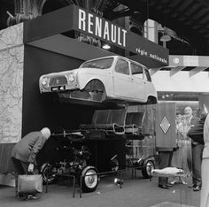 For its first public appearance in 1961 the Renault 4 was okay to unveil its marvels and mechanical secrets Alpine Renault, Fiat 600, French Classic, Classy Cars, Car Humor, Bmw, Vintage Pictures, Vintage Images, Old Cars