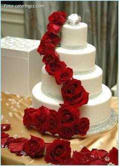 Pastel de bodas con rosas rojas
