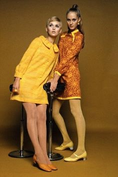 1967 Two Models in Minidresses Twiggy was quite an inspiration herself! 60s And 70s Fashion, 60 Fashion, Fashion History, Retro Fashion, Fashion Beauty, Vintage Fashion, Moda Retro, Moda Vintage, Vintage Mode