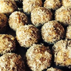 Recipe Bliss balls - a healthy snack by mishymorgs, learn to make this recipe easily in your kitchen machine and discover other Thermomix recipes in Baking - sweet. Sweet Recipes, Snack Recipes, Cooking Recipes, Baking Party, Nutribullet Recipes, Bliss Balls, Protein Ball, Xmas Food, No Cook Desserts