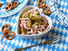 Oktoberfest-Rezepte Teil II: Heute mit einem deftigen und super leckeren Wurst-Käse-Salat aus Bayern! Auch für Low Carb Ernährung geeignet.