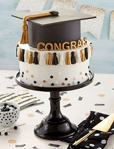 They may throw the tassel, but you'll be throwing the party with this Graduation Tassel Cake. Decorated with little mini tassels and a gum paste graduation cap, this two-layer cake is great for parties and post-commencement get-togethers. Cake Decorating Designs, Easy Cake Decorating, Cake Decorating Techniques, Decorating Ideas, French Macarons Recipe, Graduation Party Decor, Graduation Tassel, Graduation Cake Designs, Graduation Cupcakes